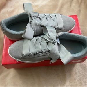 Suede Heart Galaxy Pumas in gray with ribbon